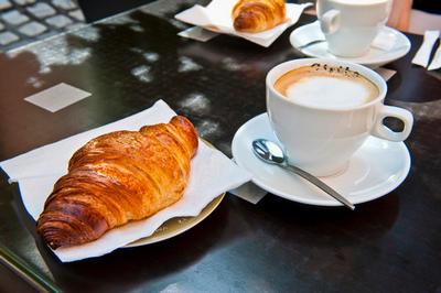 Круассаны к кофе, выпекают на противне